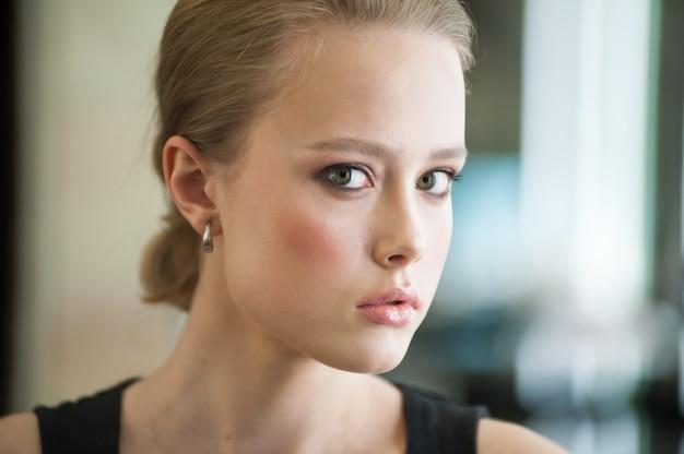 Mooie vrouw met make-up binnenshuis