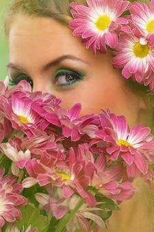 Mooie vrouw met make-up en bloemen