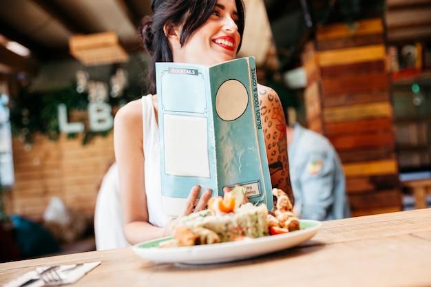 Mooie vrouw met menu