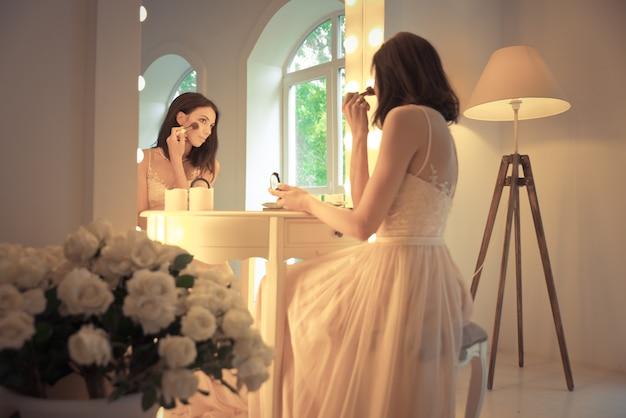 Mooie vrouw met mooie trouwjurk voorbereidingen treffen voor het evenement