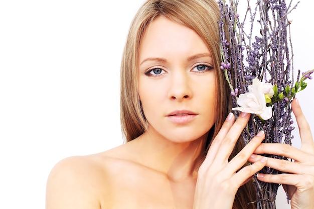 Mooie vrouw met natuurlijke make-up - schattig gezicht