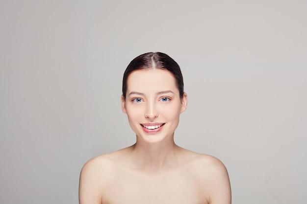 Mooie vrouw met natuurlijke make-up. vrouwen met schone huid, donker horen en blauwe ogen.