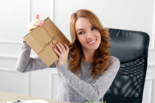 Mooie vrouw met pakket
