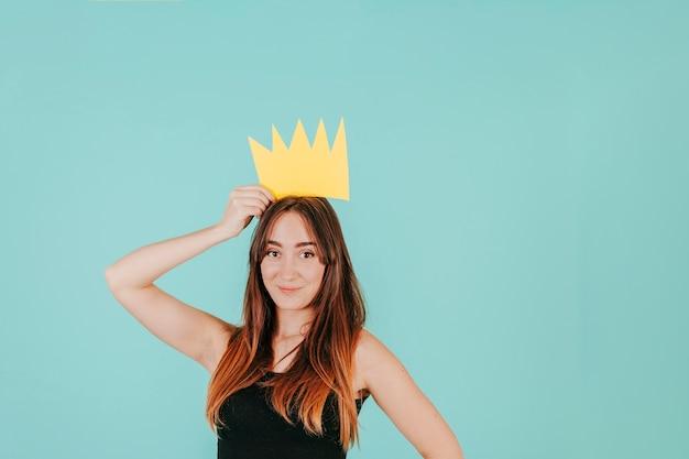 Mooie vrouw met papieren kroon