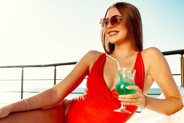 Mooie vrouw met perfect lichaam zonnebaden