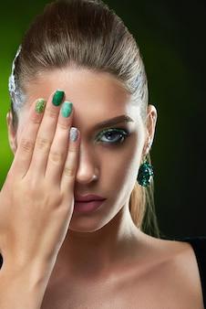 Mooie vrouw met perfecte make-up poseren