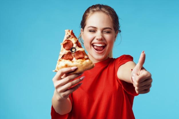 Mooie vrouw met pizza in handen fastfood eten leuk