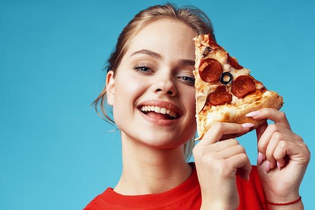 Mooie vrouw met pizza in handen fastfood eten plezier. hoge kwaliteit foto