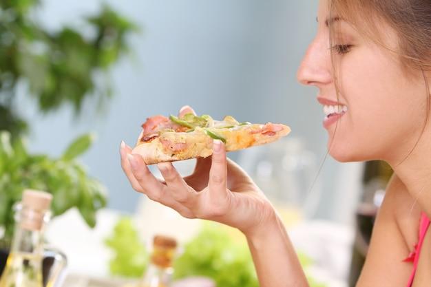Mooie vrouw met pizza