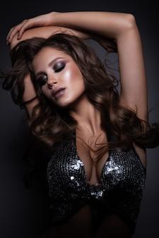 Mooie vrouw met professionele make-up en krullend haar