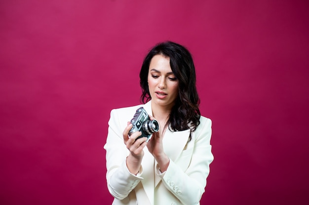 Mooie vrouw met retro fotocamera