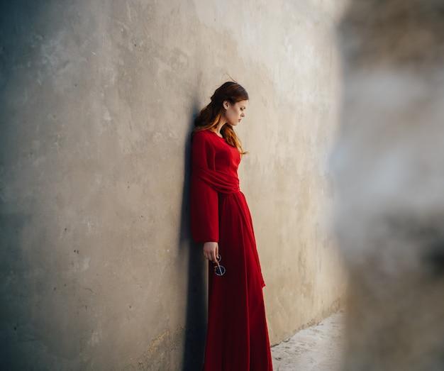 Mooie vrouw met rode jurk