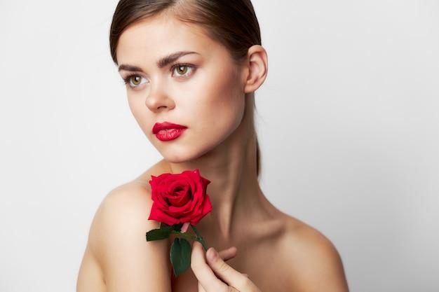 Mooie vrouw met roze kuuroordbehandelingen model schattig gezichtslicht