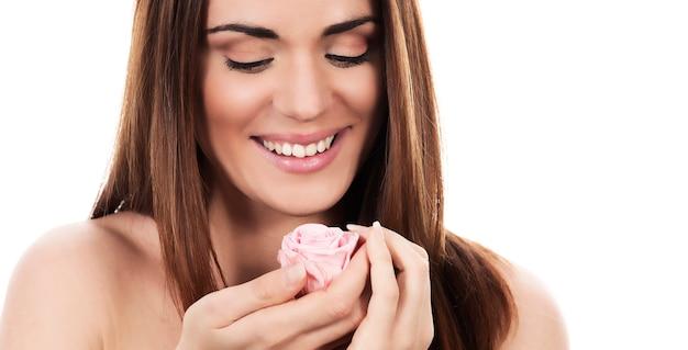 Mooie vrouw met roze roos op witte achtergrond, panoramisch uitzicht
