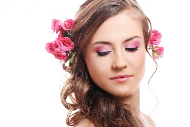Mooie vrouw met rozen in haar