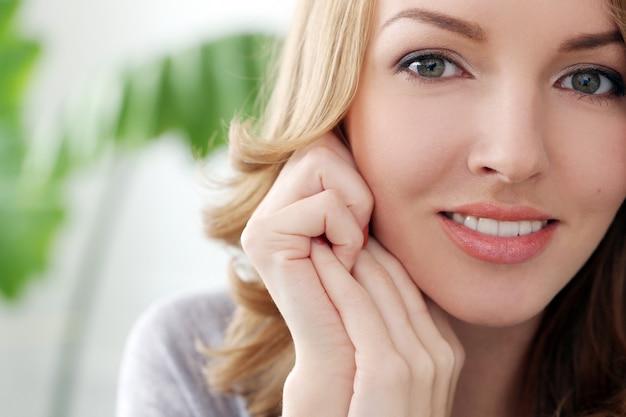 Mooie vrouw met schattige glimlach