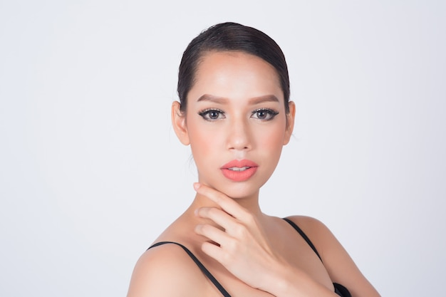 Mooie vrouw met schone huid voor huidverzorging