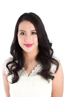 Mooie vrouw met schoonheid make-up op gezicht, roze lippenstift op lippen. schoonheid concept.