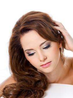 Mooie vrouw met schoonheidsharen en glamourmake-up