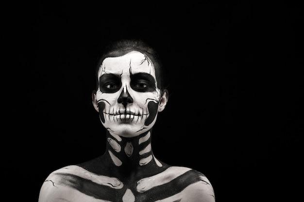 Mooie vrouw met skelet tattoo