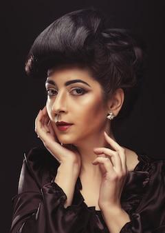 Mooie vrouw met stijlvol kapsel