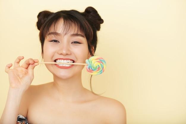 Mooie vrouw met swirl lollipop