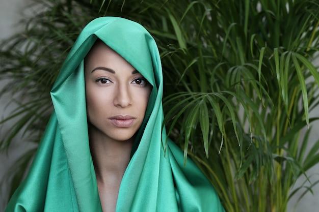 Mooie vrouw met traditionele indiase kostuum