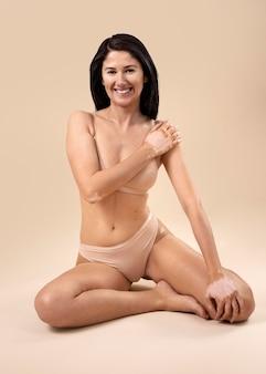 Mooie vrouw met vitiligo poseren