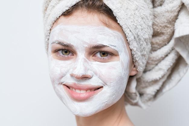 Mooie vrouw met wit masker tegen zwarte stippen