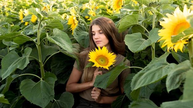 Mooie vrouw met zonnebloem