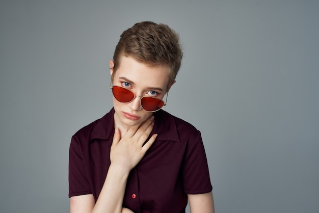 Mooie vrouw met zonnebril mode geïsoleerde achtergrond. hoge kwaliteit foto