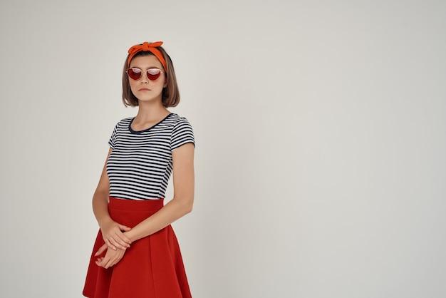 Mooie vrouw met zonnebril poseren mode decoratie luxe. hoge kwaliteit foto