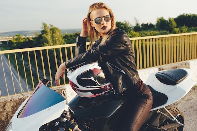 Mooie vrouw met zonnebril rijden op motor
