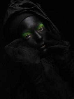 Mooie vrouw met zwart gezicht