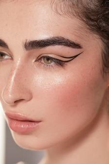 Mooie vrouw met zwarte eyeliner