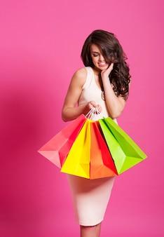 Mooie vrouw na het winkelen in de lente