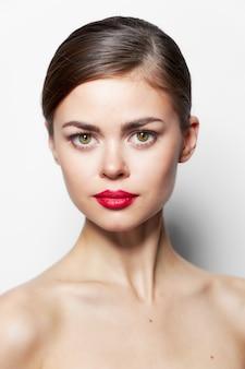 Mooie vrouw naakt schouders rode lippen aantrekkelijk uitzien schone huid