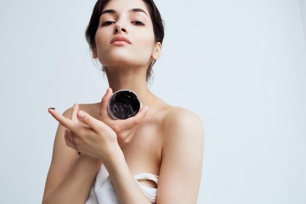 Mooie vrouw naakte schouders dermatologie crèmehydraterende gezondheid