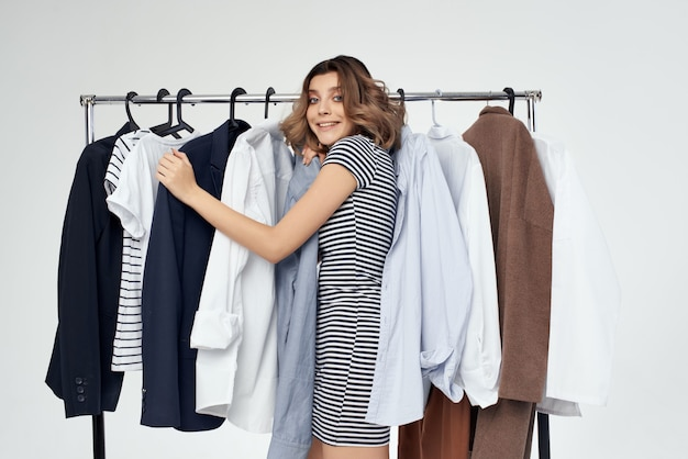 Mooie vrouw naast kleding mode leuke geïsoleerde achtergrond