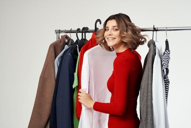 Mooie vrouw naast kleding mode leuke winkelemoties