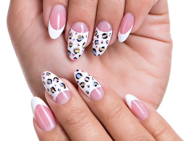 Mooie vrouw nagels met mooie franse manicure
