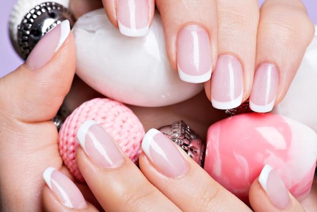 Mooie vrouw nagels met mooie franse witte manicure