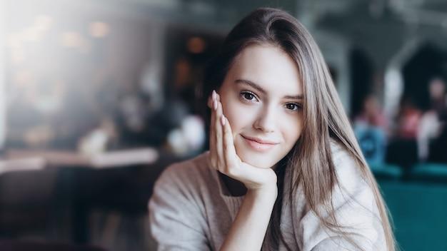 Mooie vrouw natuurlijk gezicht casual vrouwelijk portret schoonheid meisje