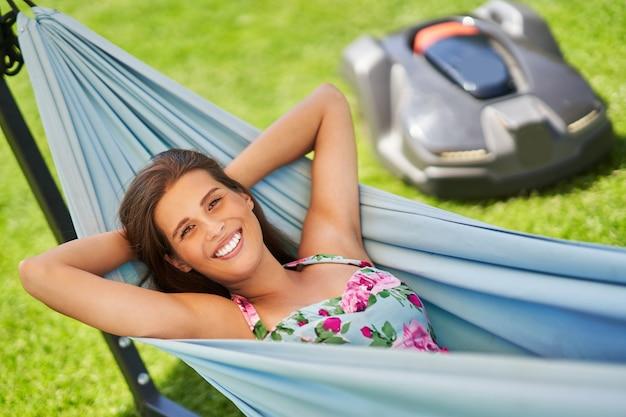 Mooie vrouw ontspannen in hangmat genieten van vrije tijd dankzij automower