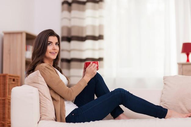Mooie vrouw ontspannen met een kopje koffie