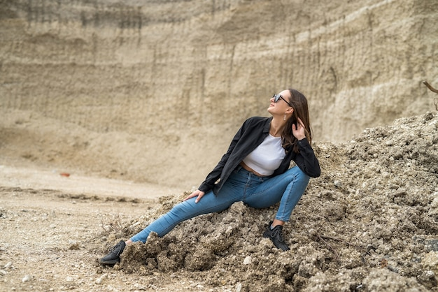 Mooie vrouw ontspannen suuny zomerdag tegen zand canyon als achtergrond. vrijheid