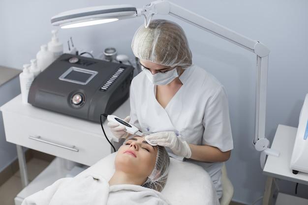 Mooie vrouw ontvangen echografie cavitatie