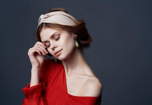 Mooie vrouw oorbellen sieraden tulband op hoofd charme bijgesneden look luxe