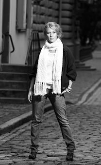 Mooie vrouw op de oude stadsstraat
