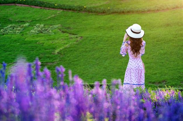 Mooie vrouw op een bloementuin.